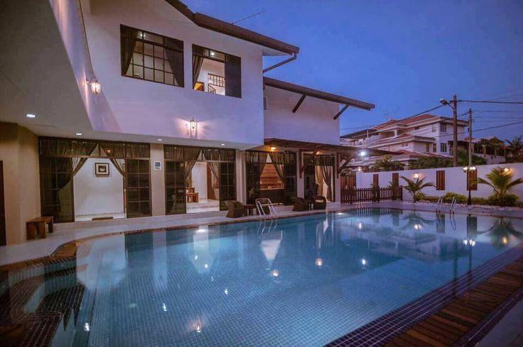 Kluang Swimming Pool Homestay adalah villa mewah yang besar dan luas, punyai kolam renang yang juga luas, sangat sesuai untuk mengadakan majlis keramaian.