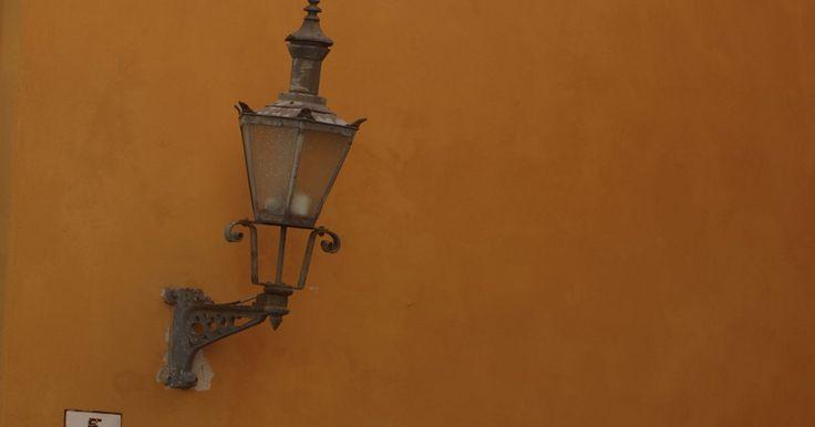 Cómo hacer un armazón de alambre para la pantalla de una lámpara. Puedes fabricar tus propios muebles modernos utilizando ganchos para la ropa o perchas de alambre para fabricar el armazón de cualquier lámpara. Todo lo que necesitas son perchas y una pinza. Puedes dejarlo así de sencillo o decorarlo como más te guste. El resultado será único, se adaptará a tu propio estilo y resultará muy económico.