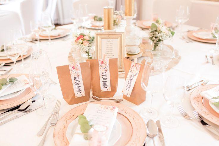 Tischdeko in Rosé und Gold bei der Hochzeit. Auf dem Tisch stehen dabei Wundertüten für die kleinen Gäste  Foto: Marco Hüther