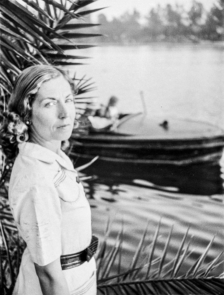 Semiha Es (1912 - 2012; İstanbul), Türkiye basınının ilk profesyonel gezi ve savaş fotoğrafçısı.