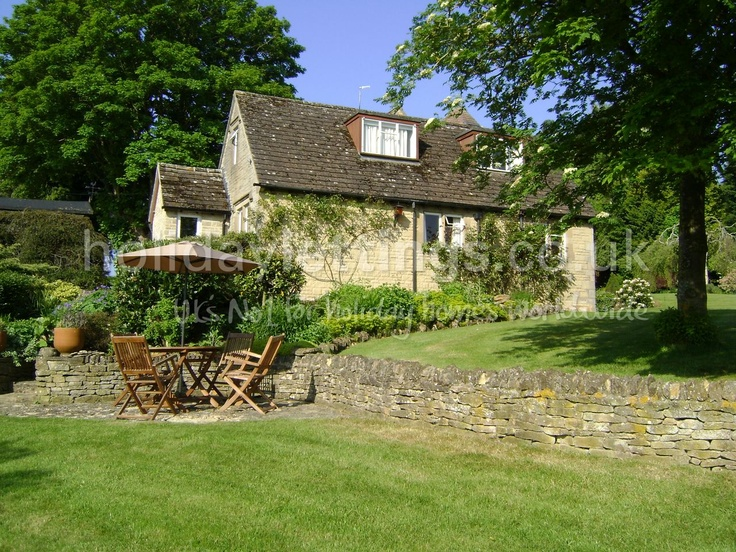 Great garden. 2 bedroom cottage in Burford to rent from £425 pw. With TV and DVD.
