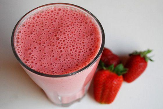 Hoje veremos uma receita de vitamina bem simples e muito deliciosa. Prepare esta vitamina de morango e limão para seu café da manhã ou da tarde, e você irá curtir muito mais. Esta receita é bem simples e rápida de preparar e unicamente exige jeito com o liquidificador.Ingredientes:1 ½ xícara de leite integral3