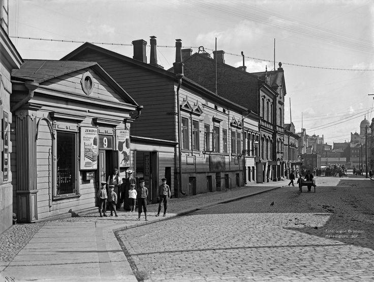 Kaivokatu 9, 7 (= Asema-aukio). Brander Signe HKM 1907. Helsingin kaupunginmuseo Kaivokatu 9, 7 (= Asema-aukio). Hillerin korttelin taloja, jotka purettiin uuden rautatieaseman tieltä. -- negatiivi ja vedos, lasi paperi pahvi, mv - Finna