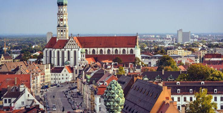 Augsburg (Bayern): Augsburg ist eine kreisfreie Großstadt im Südwesten Bayerns. Die Universitätsstadt ist Sitz der Regierung von Schwaben sowie Sitz des Bezirks Schwaben und des Landratsamtes Augsburg. Augsburg wurde 1909 zur Großstadt und ist heute mit rund 278.000 Einwohnern[2] nach München und Nürnberg die drittgrößte Stadt in Bayern.[3] Der Ballungsraum Augsburg steht bezüglich Bevölkerung und Wirtschaftskraft in Bayern ebenfalls an dritter Stelle und ist Teil der übergeordneten…