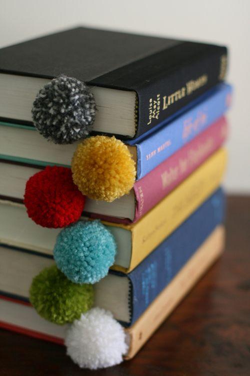 Los pompones hacen unos marcalibros con los que no querrás dejar de jugar. | 34 Cosas adorables que puedes hacer con sobras de hilo