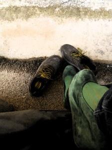 L'ALTRA FACCIA DELLA MEDAGLIA. Quest'immagine riprende un mio solito cambio di calzature … scarpa da passeggio con quella da lavoro antinfortunistiche…. si sa le donne non mettono mai in secondo piano le Vanità.  (Rita Vatiero)