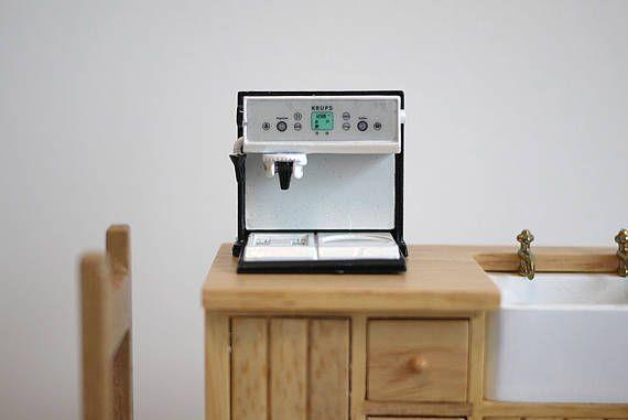 Esto es un 1/12 haciendo escala café. Dimensión aproximada (cm): Tamaño de la máquina café: 3cm(d) x 3.6cm(W) x 3.6cm(H) Artículo notas: Guarde todos los modelos miniatura de los niños. Combinar varias compras, la cantidad que paga por gastos de envío es igual al valor exacto de la estampilla (+ impuestos). Una vez que el paquete es enviado, se devolverá cualquier excedente de envío a usted. No hago provecho de franqueo. ; ) Gracias por visitar M para miniaturas. Si eres un amante d...