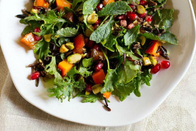 Salada de romã, caqui, e arroz silvestre de pistache | 28 saladas vegetarianas que vão te saciar por completo