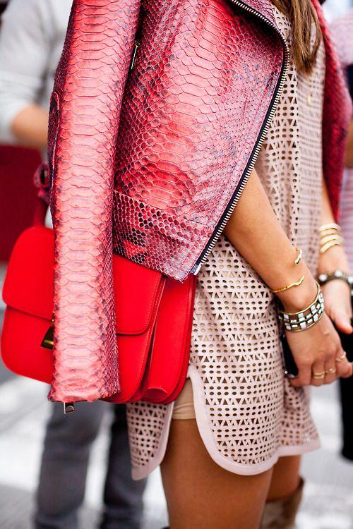 chaqueta de piel serpiente rosa