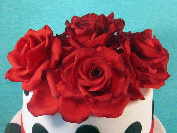 розы из сахарной мастики на тортике
