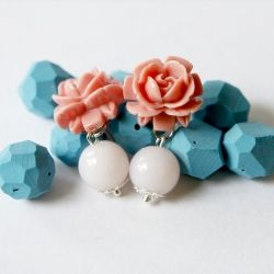 Make these simple flower cabochon earrings with a tutorial from Hello, Whimsy blog!