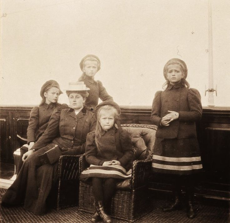 A rare photo of Grand Duchesses Tatiana, Olga, Anastasia and Maria Nikolaevna and Anna Vyrubova onboard the Polar Star, autumn of 1907. (Photo source: vk.com/naaotma)
