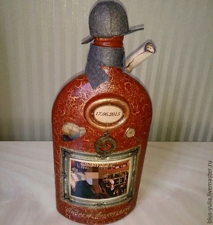 Купить или заказать бутылка Джентельмену в интернет-магазине на Ярмарке Мастеров. Бутылка коньяка декорирована на заказ в подарок на День рождения.Выдержана в английском стиле,прототипом к ней стал известный герой детективных рассказов-Шерлок Холмс. Фото из известного фильма редактировано под именинника,под 'лупой' -возраст мелкими цифрами, на пожелтевшей от времени бумаге шифровка-поздравление,шифр к ней на дне бутылки (загадка для именинника) Если Вы хотите сделать та…
