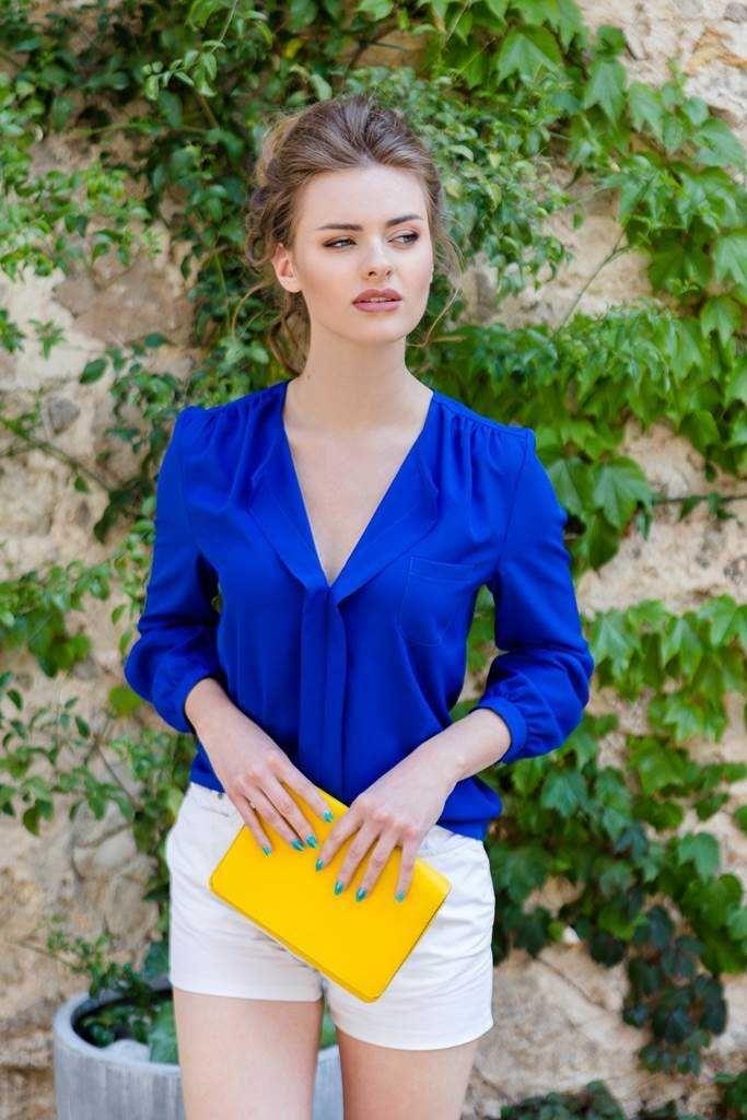 Camasa casual albastra Magnum: Camasile dau tinutei o nota de eleganta si pot fi purtate atât la serviciu, cât și în zilele obișnuite.