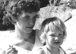 Ingrid Jonker met dochtertje Simone (foto van internet).