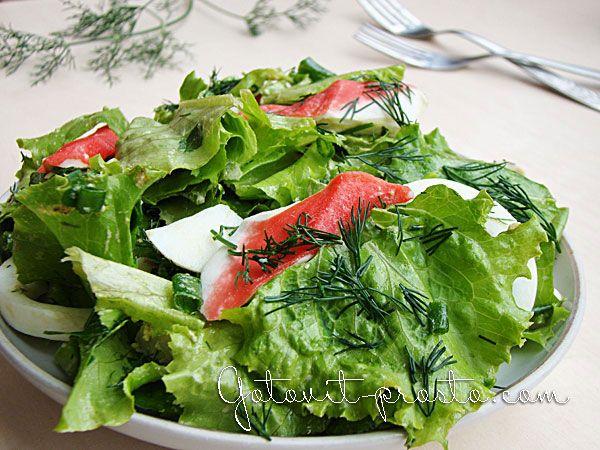 Салат из листьев салата, крабового мяса и яиц