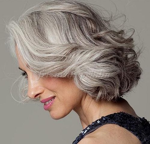 rövid frizurák 50 feletti nőknek - hullámos bubifrizura ősz hajból