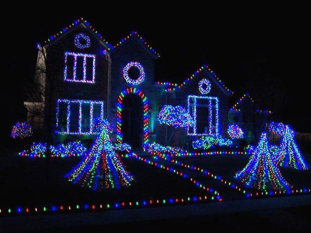 Decora La Casa Con Muchas Luces In 2020 Blue Christmas Lights Christmas House Lights Christmas Lights Outside