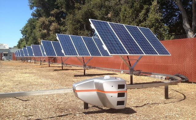 Robots que orientan paneles solares  Los sistemas móviles que actualmente soportan los paneles solares y los orientan al Sol son muy costosos.   Cada uno de los paneles tiene motor, engranajes y controladores informáticos para su funcionamiento.   Dentro de los sistemas disponibles los hay de un eje, varían su inclinación a lo largo de una línea recta; o de dos ejes, pueden inclinarse además de forma lateral. Estos últimos son más eficientes, aproximadamente un 15%, pero también más caros.