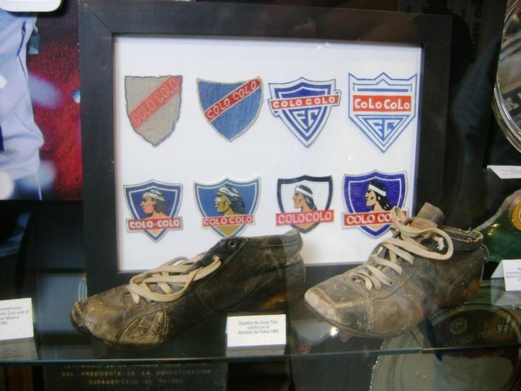 Museo #COLOCOLO, Santiago de Chile. Botines e Insignias.