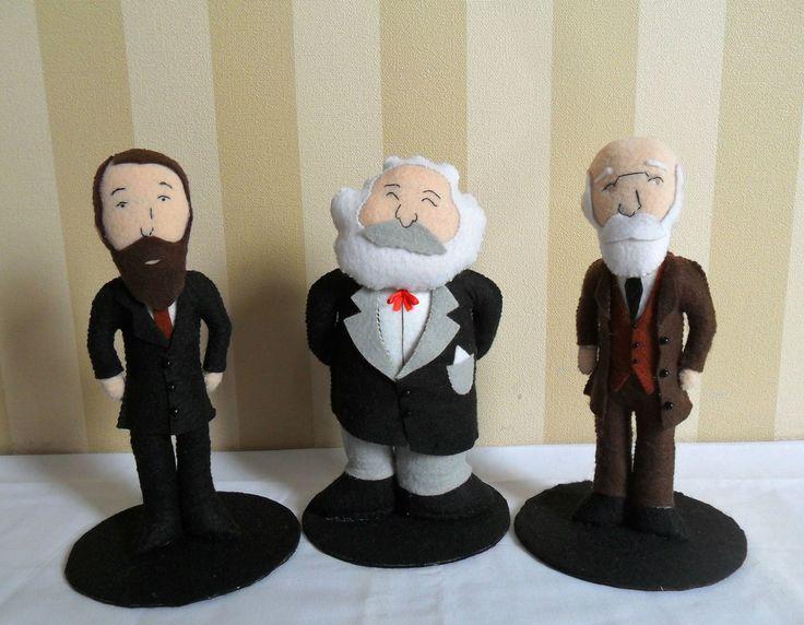 Trio de miniaturas dos pais fundadores da sociologia, os alemães Max Weber e Karl Marx e o francês Émile Durkheim. Feitas de feltro, costuradas totalmente à mão. <br> <br>Ótima opção de presente para um amigo profissional ou estudante das áreas das ciências humanas. Também é uma ótima lembrancinha para festas de formatura ou para banca de defesa de conclusão de curso. <br> <br>Obs: Pedidos a partir de 2 trios tem 10% de desconto.