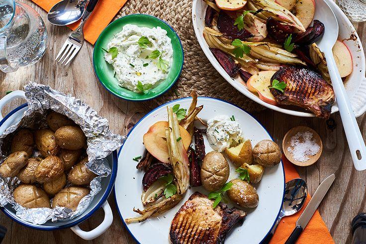 Een zomers recept van Marley Spoon: karbonadesmet appelstroop, geroosterde bieten en krieltjes. BBQ aansteken of oven voorverwarmen op 250 graden. Snijd een kruisje in iedere aardappel en vermeng ze met 2 eetlepels olie, een snuf zout en peper. Verdeel ze over twee stukken aluminiumfolie en pak goed in. Leg de pakketjes 30 minuten in de …
