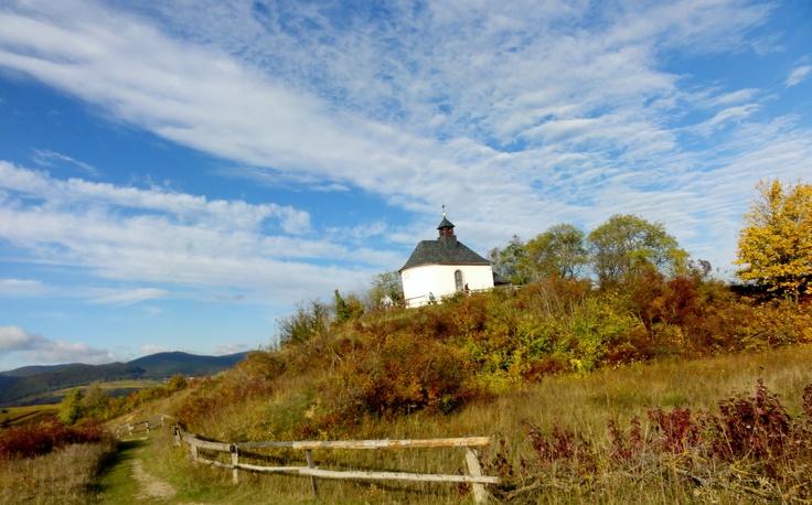 Ein Blick auf die kleine Kamlit-Kapelle bei Ilbesheim / Arzheim (Landau). Diese Strecke, entlang des Kalmitwingerts in Ilbesheim eignet sich bestens für einen kleinen Spaziergang!