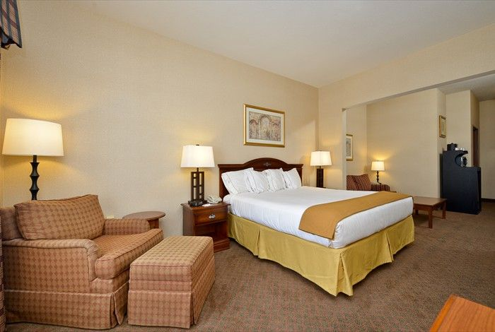 We Have Beautiful Luxurious Rooms To Make Your Stay A1 Holiday Inn Express Rochelle Illinois