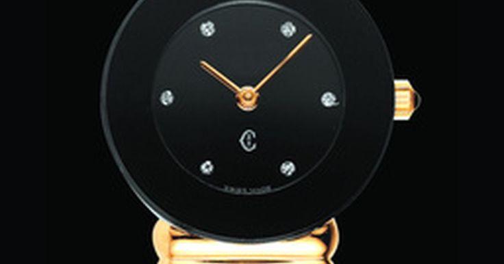 Como diferenciar um relógio Seiko verdadeiro de uma cópia pirata. Seiko é uma marca de relógios considerada meio-termo no que diz respeito ao luxo. Como qualquer outra boa comodidade razoável, o mercado tem sido inundado com relógios Seiko falsos. Felizmente, existem alguns sinais que deixam você saber quando o relógio Seiko é real ou falso.