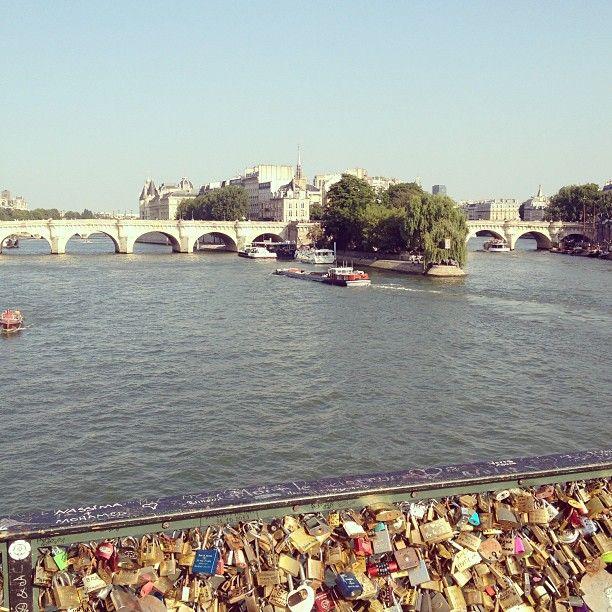 Memasang gembok cinta di Sungai Seine #BebasLiburan