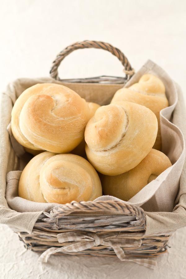 Questi panini soffici nascono dalla combinazione di due elementi: la ricetta di Paoletta, che campeggiava nei miei preferiti da un pò e che periodicamente