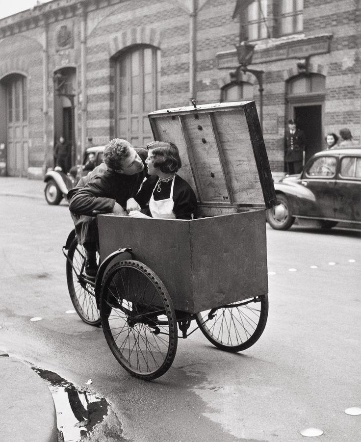 Le Baiser #Blotto    photo by #RobertDoisneau , #1950 #photo #photographie #photographer #photography #photographe #OlivierOrtion #streetphotography