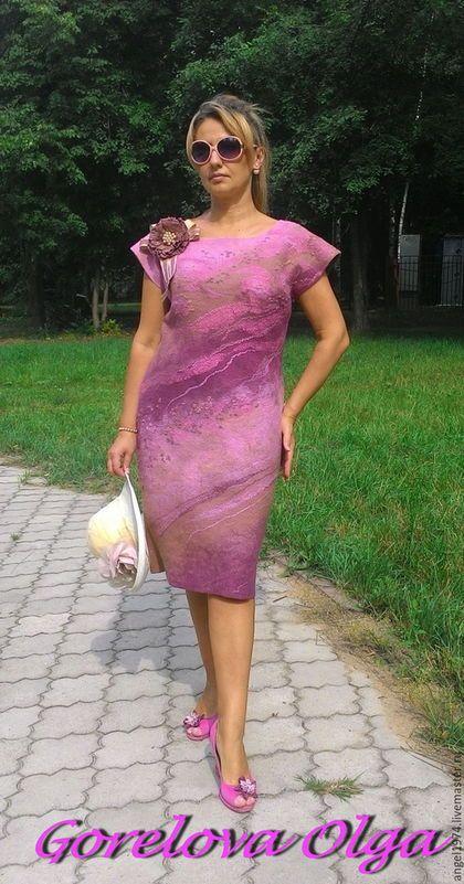 Купить или заказать Валяное платье 50-52 размера'Июльские розы'' в интернет-магазине на Ярмарке Мастеров. Платье из итальянского мериноса с переходами цвета, В пастельной холодно-розовой гамме. В состав этого июльского коктейля входит натуральный шёлк и волокна в цвет! Удобный вырез,длинна рукава немного прикрывает плечо,силуэт чуть-чуть полуприлегающий. Легко снимается и одевается. Платье нежное, мягкое,приятное во всех отношениях,хочется одеть и не снимать.Подойдёт на прохладное...