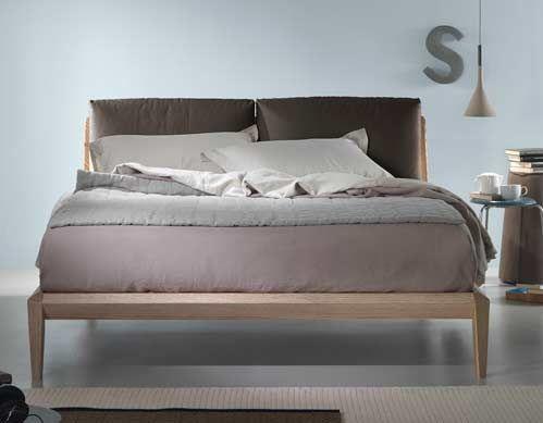 Una geometria semplice in legno di frassino viene completata dai due morbidi cuscini in piuma che costituisco