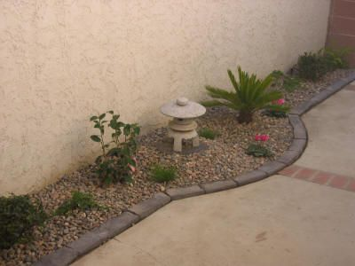http://japanstuff.hubpages.com/hub/small-japanese-garden-design...good info after touching screen to enlarge pcture