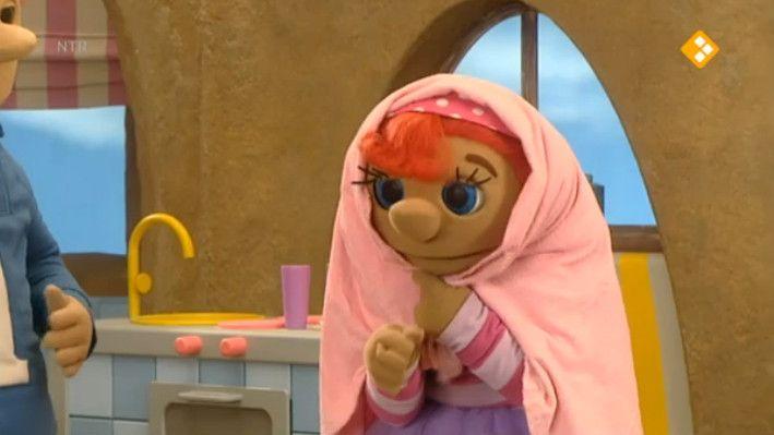 Sassa speelt oma. Als Toto zijn middagdutje gaat doen, mag oma Sassa hem naar bed brengen. Wat een lieve oma.