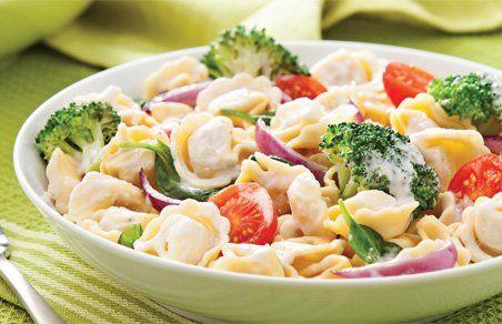 Dans une casserole d'eau bouillante salée, cuire les pâtes al dente. Ajouter le brocoli dans la casserole 3 minutes avant la fin de la cuisson des pâtes. Égoutter. Dans la même casserole, faire fondre le beurre à feu moyen. Cuire l'oignon de 1 à 2 minutes. Verser la sauce et porter à ébullition. Incorporer les tomates, les épinards, les pâtes et le brocoli. Réchauffer de 1 à 2 minutes à feu moyen.