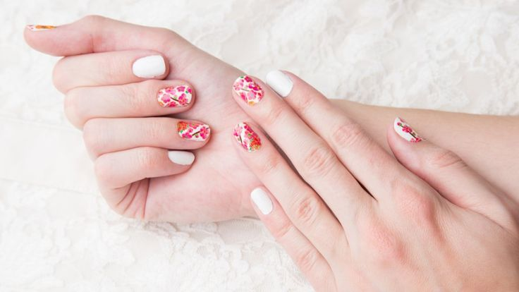 Nail art floreale, 7 idee da copiare per unghie a tema primaverile