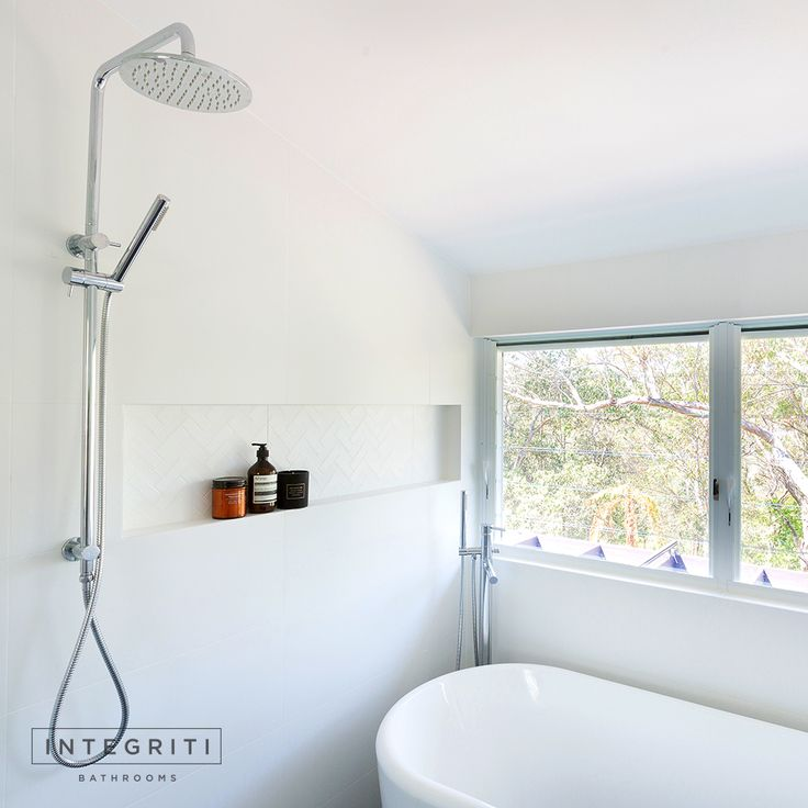 The windows in this bathroom were perfect for a gorgeous white design, with the natural lighting allowing the room to really shine. Always take into consideration your bathroom window when you're planning a renovation! . #integritibathrooms #custommade #sydneybathroom #interiordesign #bathroom