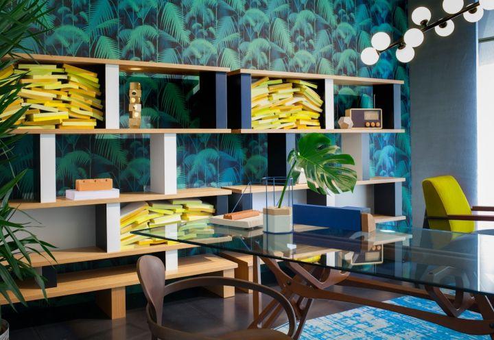 La vivacità della carta da parati a tema tropicale che dialoga con il legno degli arredi, con le nuance dei complementi e con il verde della rigogliosa vegetazione