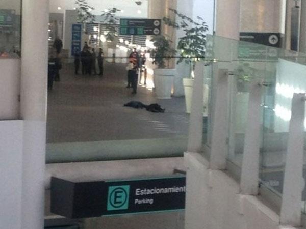 Alrededor de las 8h50 de ayer se registró una balacera en la Terminal 2 del Aeropuerto Internacional de la Ciudad de México, la cual dejó dos policías federales muertos y un elemento más herido. Ver más en: http://www.elpopular.com.ec/?p=55661=true