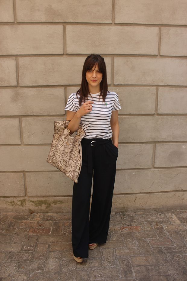 Discover your summer must-haves with @elenapakou! A snakeprint flat bag which can be worn anywhere, combined with a striped blouse and a classic pair of pants! What do you think?