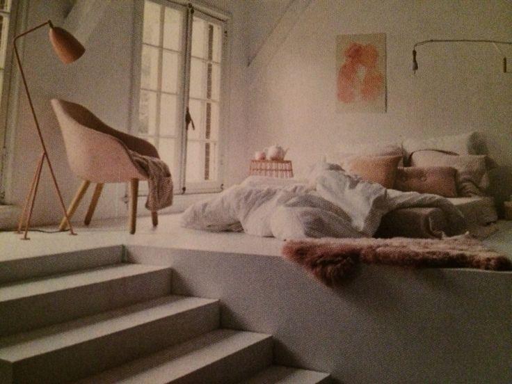 Hoogstandje met extra opberg ruimte onder t 'podium'. De ramen komen zo ook ter hoogte vh bed. Love it!