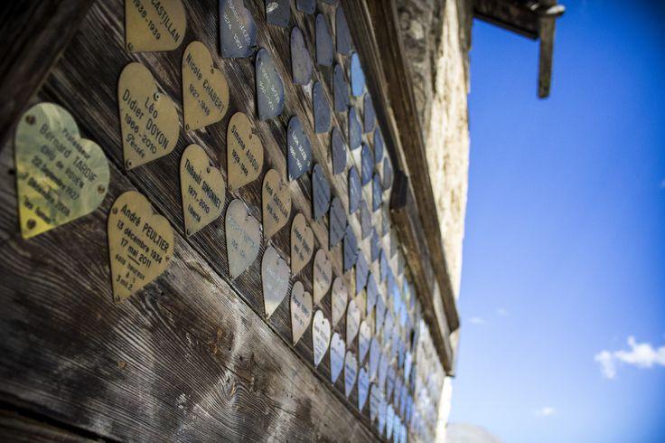 La Grave. Plaques du cimetière apposées sur le mur de l'église du village.© Photo Pat.DOMEYNE