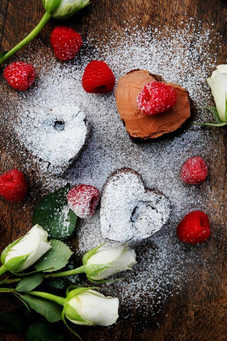 Bakelyst.no: Overrask en du er glad i med valentines-brownies med bringebær.