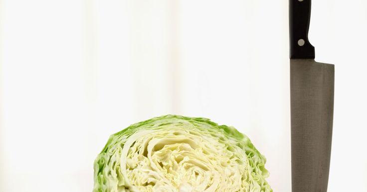 Cortador de repolhos caseiro. Um cortador de repolho é um cortador de legumes especializado com mais lâminas do que a maioria dos outros tipos. Sua superfície é muito mais larga para acomodar uma cabeça de repolho. Faça seu próprio cortador de repolho em casa usando alguns materiais fáceis de obter.