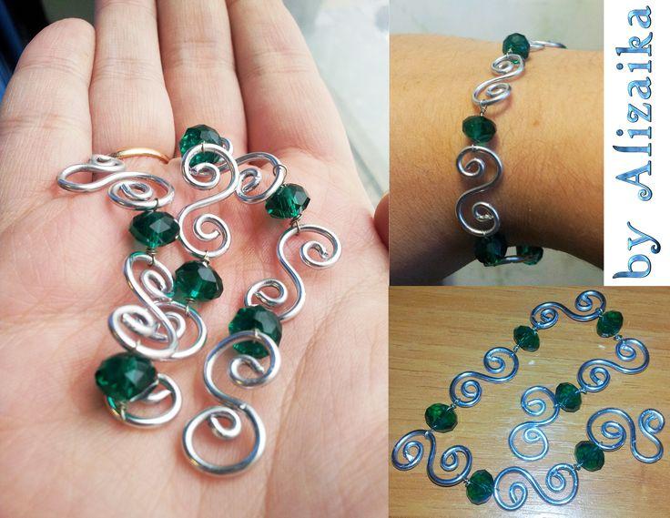 """250 р. Браслет """"Зеленые завитки"""" (нет в наличии) На застёжке-завитушке. Длина 20 см. Материалы: алюминиевая проволока (1.5 мм), кристаллы Можно сделать в других цветах."""