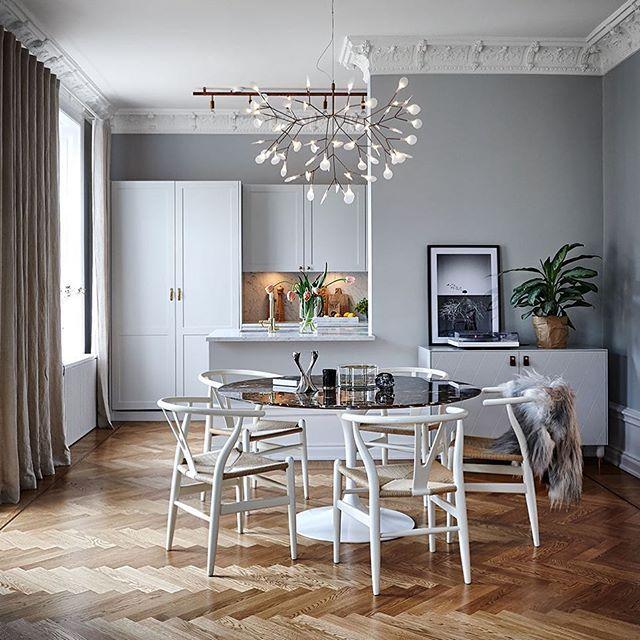 """""""Varmgrå estetik"""" heter reportaget i nr 2. Stramt grått och vitt mjukas upp av den varma parketten och sandfärgad textil. Klassiskt, personligt - precis som vi gillar det. Håller ni med? Info i taggar. Foto Martin Löf och styling av @gillrenlund. . . . #skönahem #skonahem #kök #köksinspiration #köksbord #kitcheninspo #inspo4you #inredningsinspiration #inredningsdetaljer #kitchen #livingroominspo #vardagsrum #inredningsdrömmar #njutbart #design #classicstyle #scandinavianhomes"""