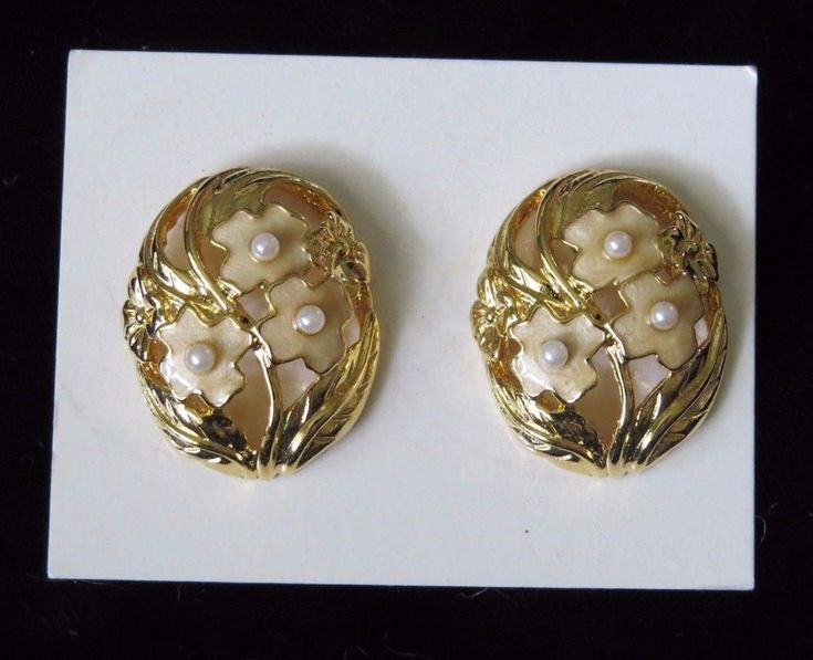 Avon Springtime white Floral goldtone Pierced Earrings New costume jewelry NOS #Avon #Cluster