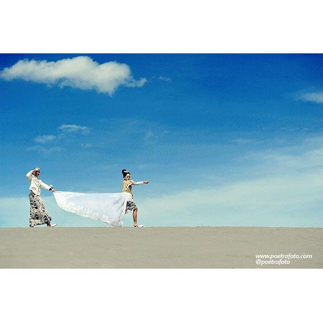#Foto #PreWed Myrna+Rudy #PreWedding #Outdoor #Photo at #Yogyakarta by @Poetrafoto #Fotografer #Indonesia, http://prewedding.poetrafoto.com/lokasi-foto-pre-wedding-murah-keren-di-gumuk-pasir-jogja_496
